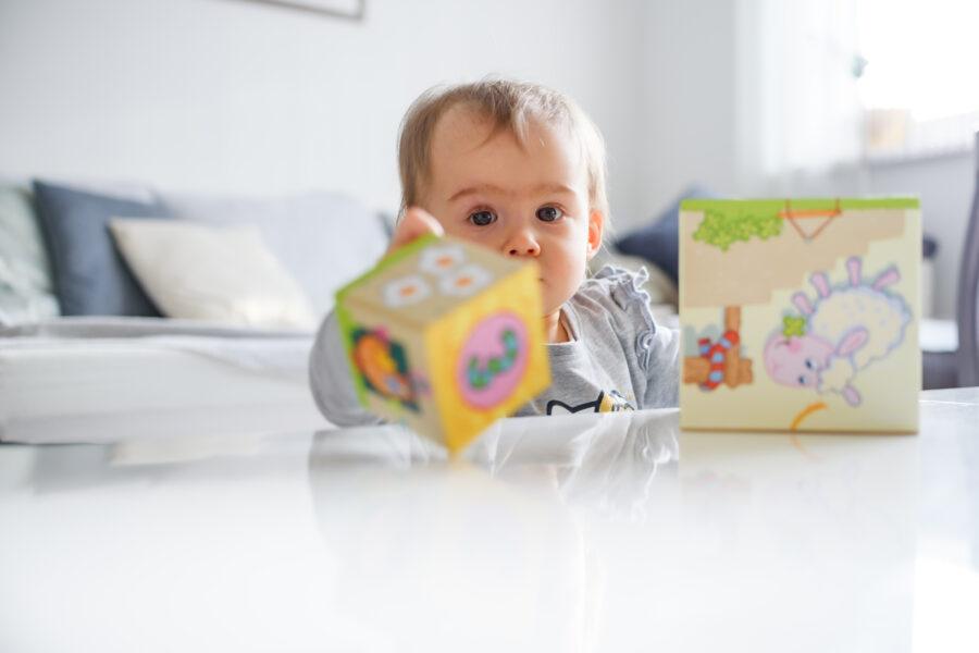 Zabawki wpływające na rozwój niemowlaka podczas 12. pierwszych miesięcy