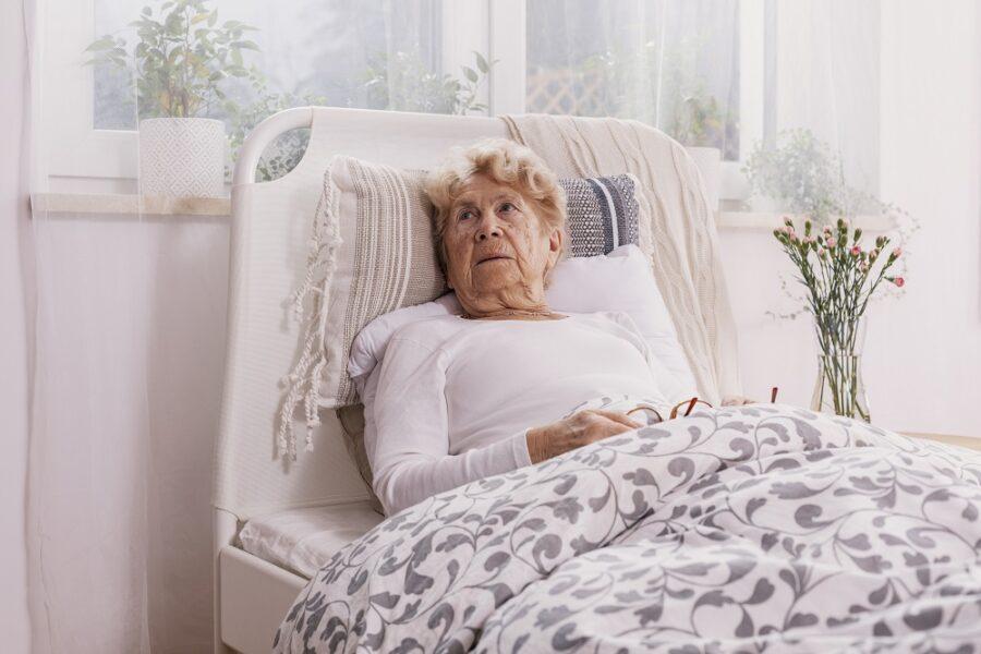 Niedołężny rodzic – specjalne kombinezony dla osób starszych